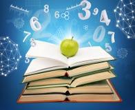 Bücher mit grünem Apfel Lizenzfreie Stockfotos