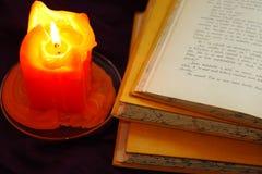Bücher mit Kerze Stockfotos