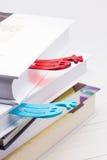 Bücher mit lustigen Bookmarks Stockbilder