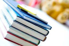 Bücher mit Notizblock und Feder Stockfotografie
