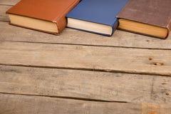 Bücher oder Lehrbücher des gebundenen Buches auf Holztisch Lizenzfreies Stockbild