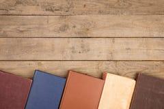 Bücher oder Lehrbücher des gebundenen Buches auf Holztisch Lizenzfreie Stockfotos