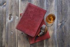 Bücher Rohr und Whisky Lizenzfreie Stockbilder