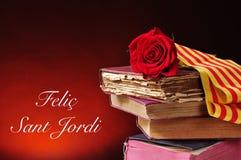 Bücher, Rotrose und der Text Felic Sant Jordi, glückliches Heiliges Georg lizenzfreies stockfoto