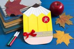 Bücher, selbst gemachte Postkarte, Apfel und Ahornblätter Stockbild