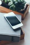 Bücher, Smartphone und Anlagen Stockbilder