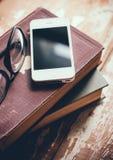 Bücher, Smartphone und Gläser Lizenzfreie Stockfotografie