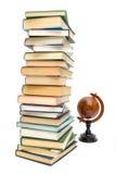 Bücher und alte Kugel getrennt auf weißem Hintergrund Lizenzfreie Stockfotos