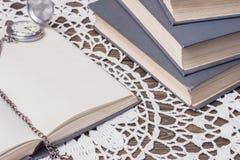 Bücher und alte Uhr Lizenzfreie Stockbilder