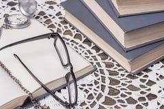Bücher und alte Uhr Stockbilder