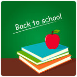 Bücher und Apfel im Klassenzimmer Stockfotos