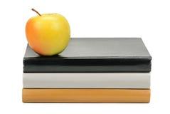 Bücher und Apple Lizenzfreie Stockbilder