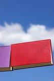 Bücher und blauer Himmel Stockfoto