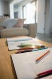 Bücher und Bleistifte auf einer Tabelle im Wohnzimmer Stockbild