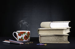 Bücher und Bleistifte, Geld, Kaffee auf einem schwarzen Hintergrund Lizenzfreies Stockbild