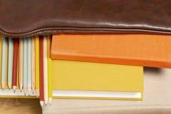 Bücher und Bleistifte im ledernen Rucksack Stockbilder