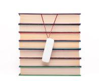 Bücher und Blinkenlaufwerk. Lizenzfreie Stockfotos