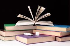 Bücher und Blinkenlaufwerk. Lizenzfreies Stockbild