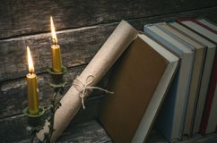 Bücher und brennende Kerze stockfotografie