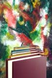 Bücher und bunter Hintergrund der Zusammenfassung Stockfotos