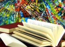 Bücher und bunter Hintergrund der Zusammenfassung Lizenzfreie Stockfotografie