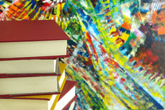 Bücher und bunter Hintergrund der Zusammenfassung Stockbilder