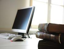 Bücher und Computer Lizenzfreie Stockbilder