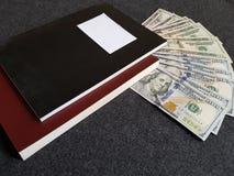 Bücher und 100 Dollarscheine Stockfoto