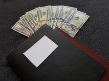 Bücher und 100 Dollarscheine Lizenzfreie Stockfotos