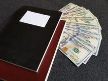 Bücher und 100 Dollarscheine Lizenzfreies Stockbild
