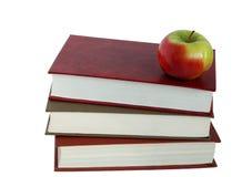 Bücher und ein Apfel Lizenzfreies Stockfoto