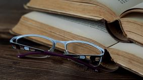 Bücher und Gläser stock video footage