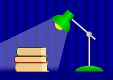 Bücher und grüne Lampe Stockfotos