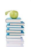 Bücher und grüner Apfel lizenzfreie stockfotografie