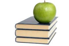 Bücher und grüner Apple stockfotografie