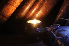 Bücher und Kerze Lizenzfreies Stockfoto