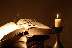 Bücher und Kerze lizenzfreie stockbilder