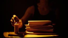 Bücher und Kerze Feuer und Rauch Frauen liest die Bücher stock footage