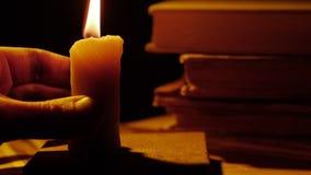 Bücher und Kerze Feuer und Rauch Undichtes Wachs stock video