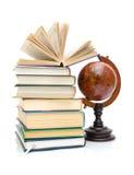 Bücher und Kugel lokalisiert auf weißem Hintergrund Stockfotos