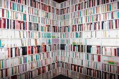 Bücher und Lehrbücher auf dem Bücherregal Stockfotos