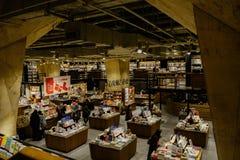 Bücher und Leser in der Untertagebuchhandlung stockfoto