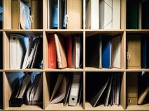 Bücher und Ordner mit Dokumenten Stockfotografie