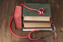 Bücher und rotes Stethoskop Stockfotografie
