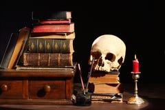 Bücher und Schädel Stockfotografie