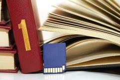 Bücher und Sd-Karte Stockbild