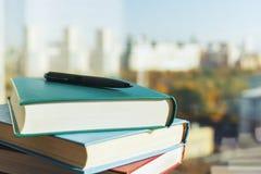 Bücher und Stift Lizenzfreie Stockbilder