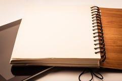 Bücher und Tablette Stockbilder