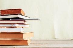 Bücher und Tablette auf Holz stockfoto
