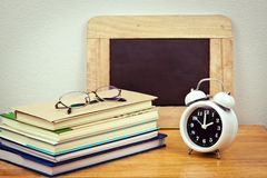 Bücher und Uhr Stockfotografie